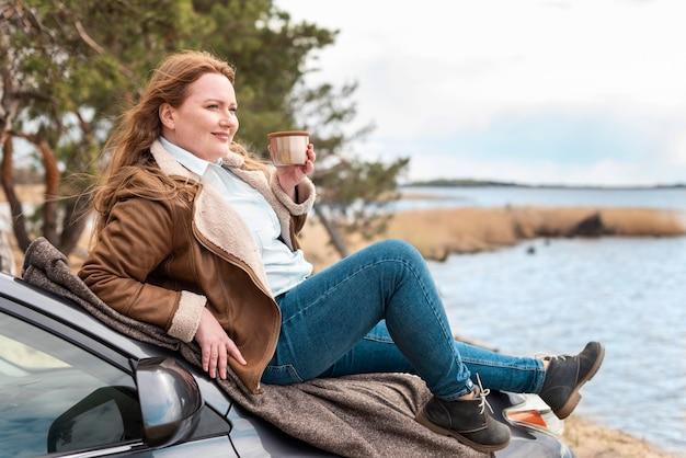 Mujer sentada en el coche de tiro completo