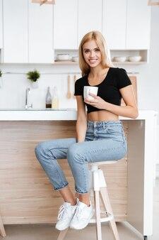 Mujer sentada en la cocina