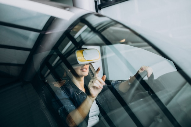 Mujer sentada dentro de un automóvil con gafas vr
