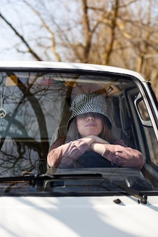 Mujer sentada en la furgoneta de cerca