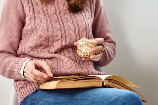 Mujer sentada y leyendo un libro. concepto relajante