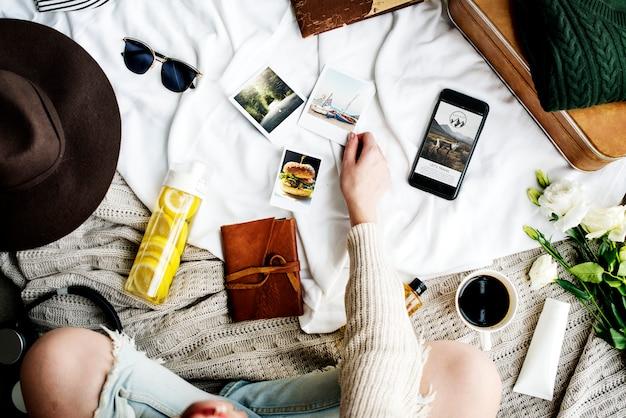 Mujer sentada y mirando fotos para viaje