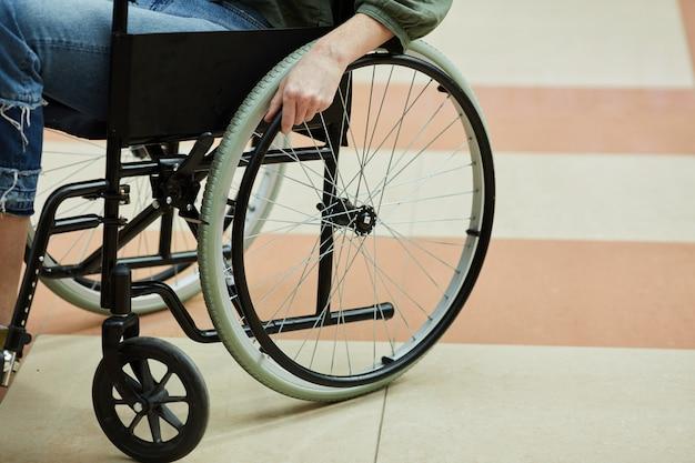 Mujer sentada en silla de ruedas
