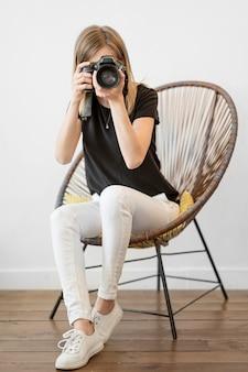 Mujer sentada en una silla de tiro largo