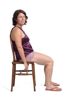 Mujer sentada en una silla vestida con un pijama de verano corto