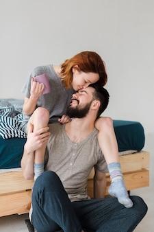 Mujer sentada sobre los hombros de su novio
