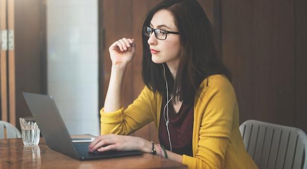 Mujer sentada usando laptop
