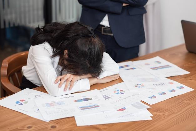 Una mujer en sentirse agotada y deprimida