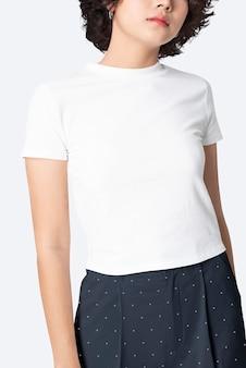 Mujer en sesión de moda de top corto blanco