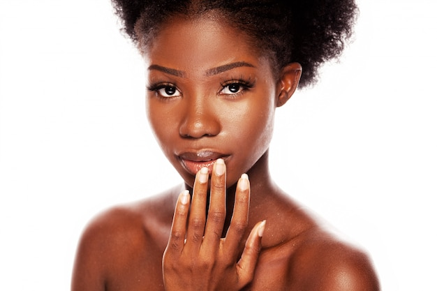 Mujer sexy afroamericana con mirada apasionada
