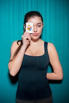 Mujer sexy con cartas de póker