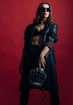 Mujer sexy con casco de fútbol americano. protección de la mujer