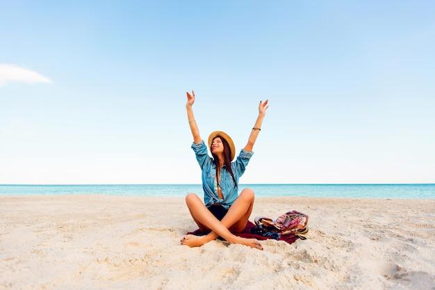 Mujer sexy delgada bronceada perfecta en la playa tropical. joven rubia divertirse y disfrutar de sus vacaciones de verano.