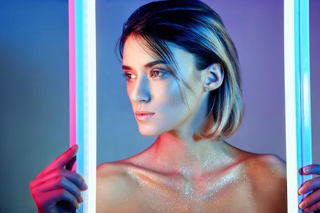 Mujer sexy en luz de neón en lencería. luces de neón