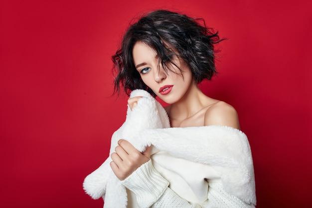 Mujer sexy con pelo corto. chica en una chaqueta blanca