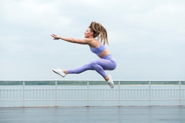 Mujer sexy saltando tiro largo