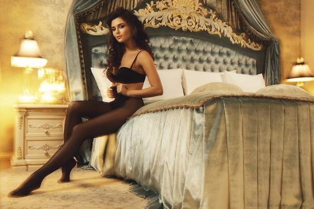Mujer sexy vistiendo una hermosa lencería y medias negras