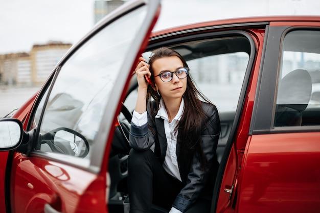 La mujer se sienta en el auto