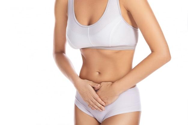 La mujer siente dolor en la parte inferior del estómago.