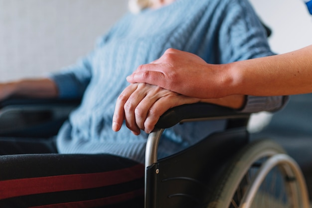 Mujer en silla de ruedas en asilo de ancianos