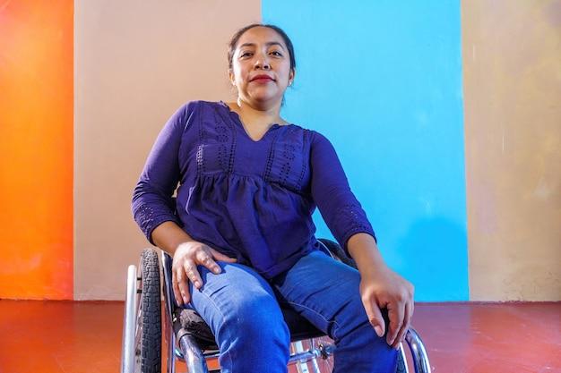 Mujer en silla de ruedas, mirar cámara del juez