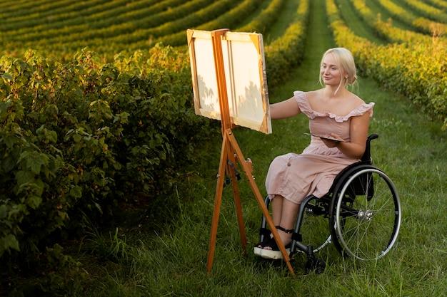 Mujer, en, silla de ruedas, pintura, exterior