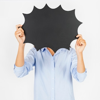 Mujer sin rostro con globo de discurso