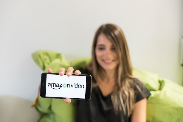 Mujer con smartphone con app de amazon prime video