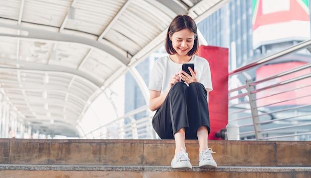 Mujer con smartphone. el concepto de usar el teléfono es esencial en la vida cotidiana.