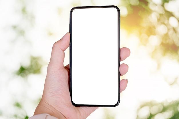Mujer con smartphone. teléfono móvil de pantalla en blanco para montaje de pantalla gráfica. servicio de redes.