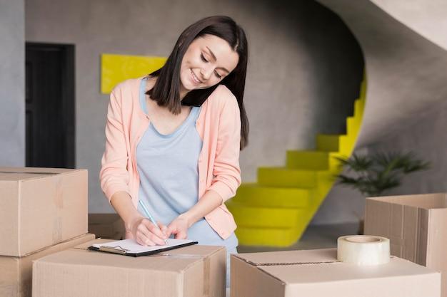 Mujer en smartphone tomando órdenes de trabajo desde casa