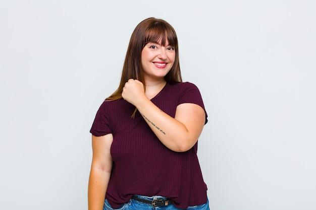 Mujer con sobrepeso que se siente feliz, positiva y exitosa, motivada cuando enfrenta un desafío o celebra buenos resultados.