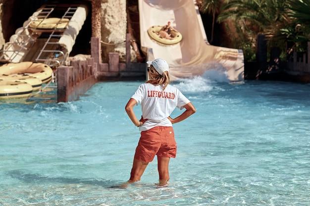 Mujer socorrista en la piscina.