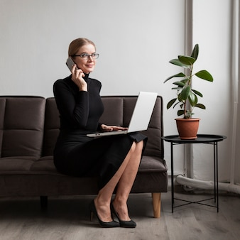 Mujer en el sofá hablando por teléfono