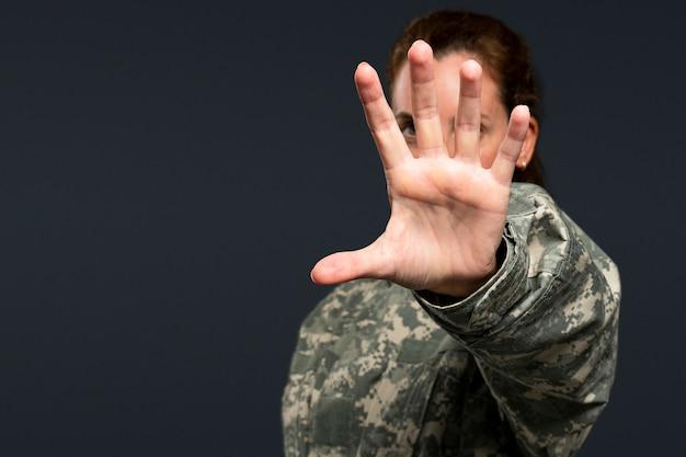 Mujer soldado extendiendo su mano