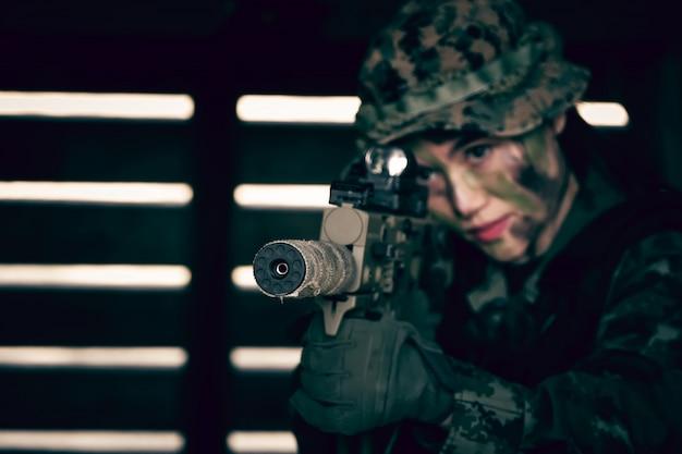 Mujer soldado soldado soldado con rifle y ametralladora.