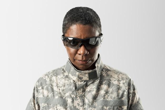 Mujer soldado con tecnología del ejército de gafas inteligentes