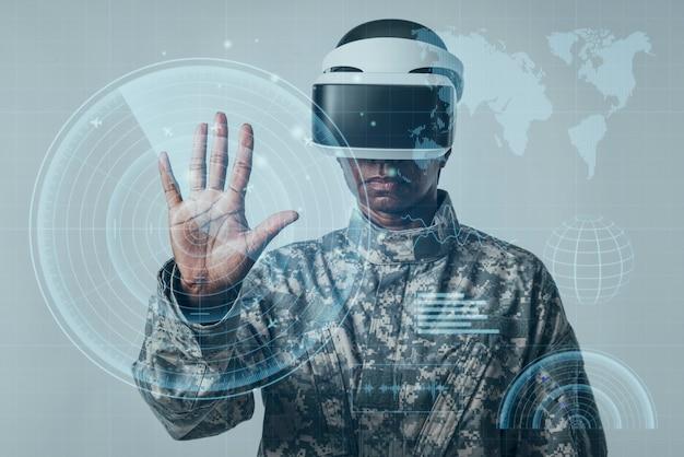 Mujer soldado con tecnología militar de pantalla virtual futurista
