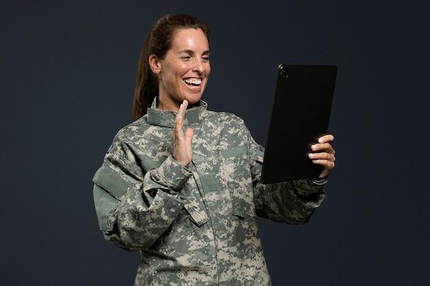 Mujer soldado usando una tecnología del ejército de tableta