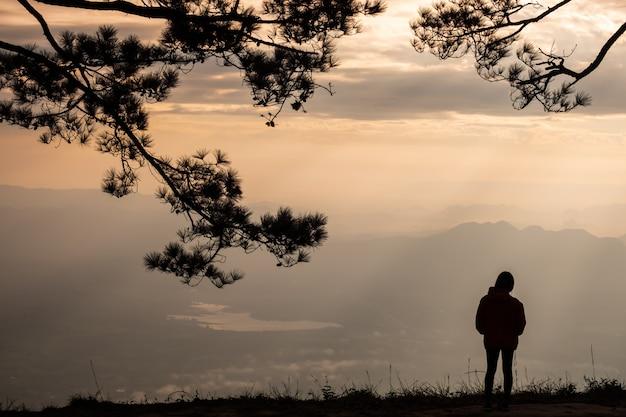 Mujer solitaria de pie en el acantilado