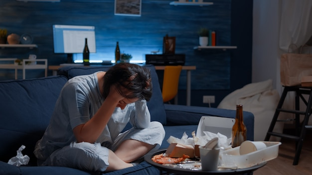 Mujer soltera estresada frustrada con dolor de cabeza sintiéndose vulnerable