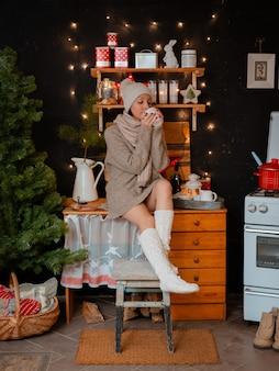 Mujer sombrero brillante cocina estufa. chica prepara la noche de invierno. cocina rústica de madera