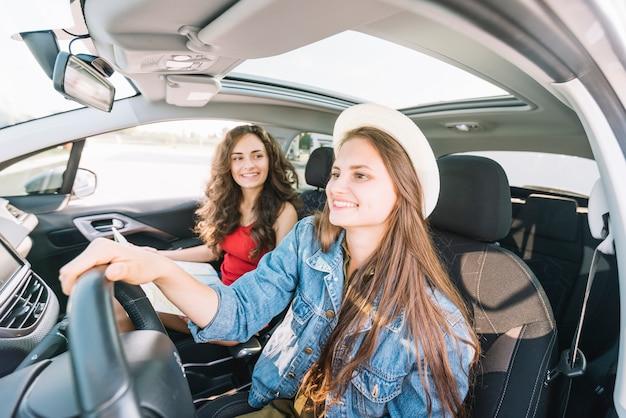 Mujer con sombrero conduciendo coche