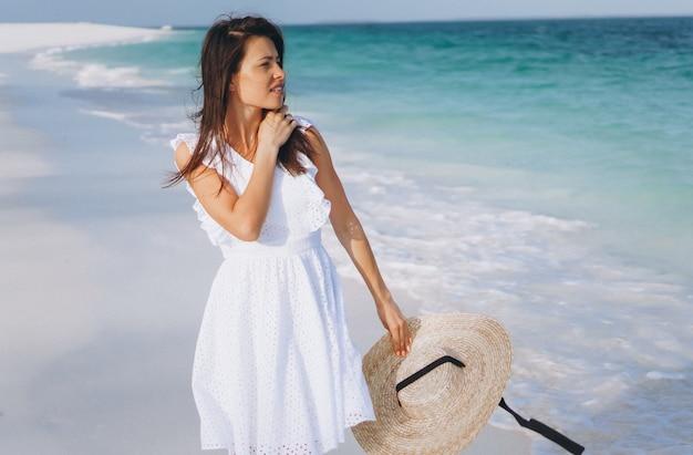 Mujer con sombrero en la costa del océano índico