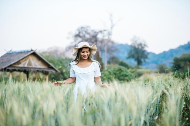 Mujer en el sombrero felicidad en la naturaleza.