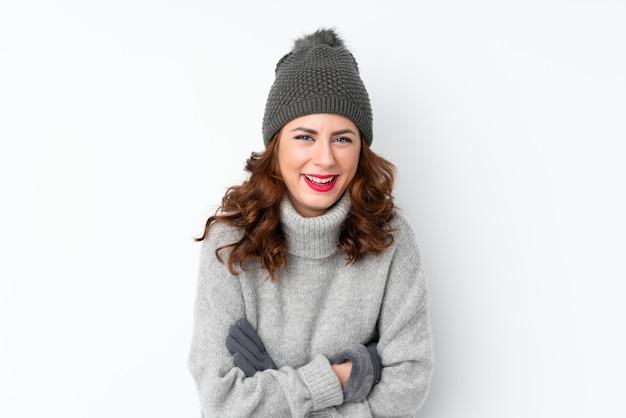 Mujer con sombrero de invierno sobre pared aislada