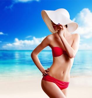 Mujer, en, sombrero, en la playa