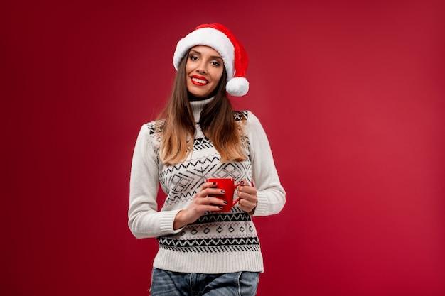 Mujer con sombrero rojo de santa en rojo