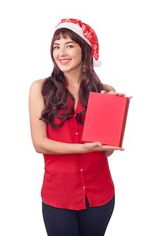 Mujer con sombrero de santa con caja de regalo de navidad