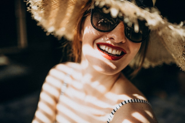 Mujer con sombrero bajo la sombra